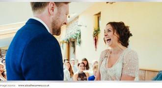 Main Article 2017 _ Ini Dia Kejadian Lucu Pengantin Tertawa Saat di Altar